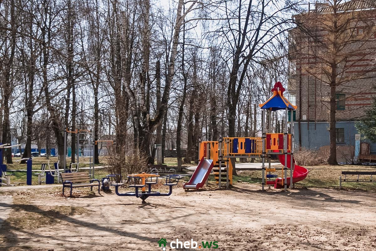 Не всё так плохо: новые детские площадки есть и в старых дворах