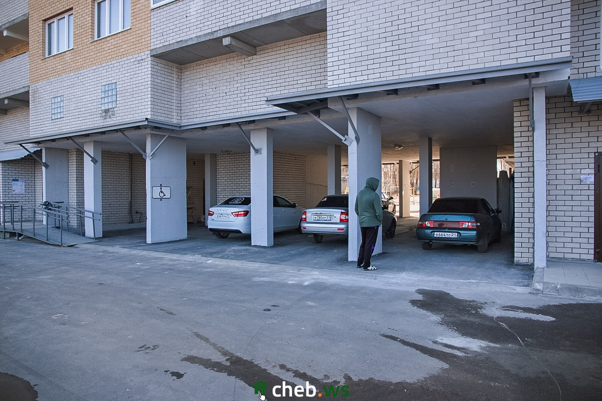 Крытые парковки располагаются по всему периметру дома