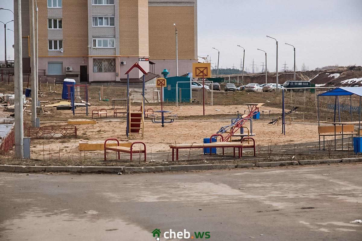 Пока здесь соседствуют две площадки – детская и строительная
