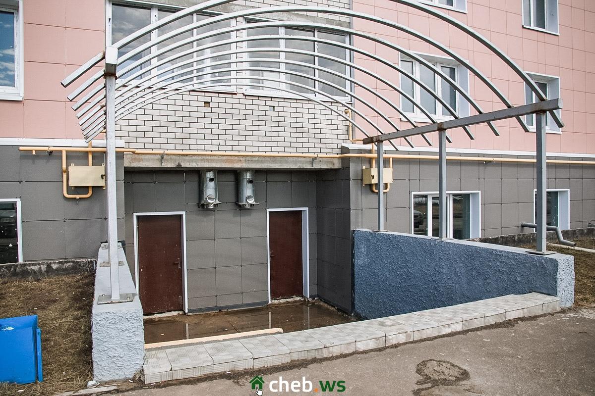 Крыша должна хоть как-то защитить вход от воды