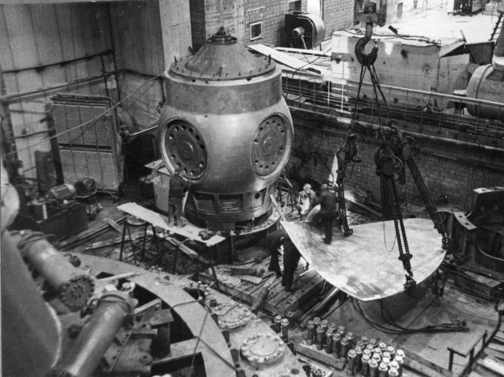 Монтаж первого гидроагрегата Чебоксарской ГЭС. 1980 г.